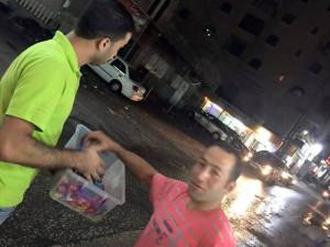 Hamász - aktivisták cukorkát osztanak. Fotó: The Algemeiner