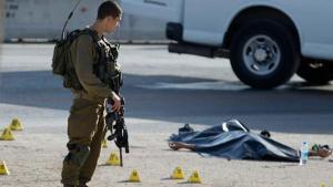 Egy palesztin férfi holtteste mellett álló izraeli katonák egy Jeruzsálem északi részén, Adamban, a Nyugati Part közelében levő zsidó településen történt késeléses támadás helyszínén. (2015, október 21. szerda. )Az izraeli rendőrség elmondta, a férfi leszúrt egy izraeli katonanőt, mielőtt halálos lövéseket adtak le rá. AP fotó: Majdi Mohammed