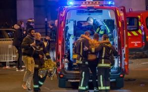 sebesülteket evakuálnak a Stade de France területéről, fotó: EPA